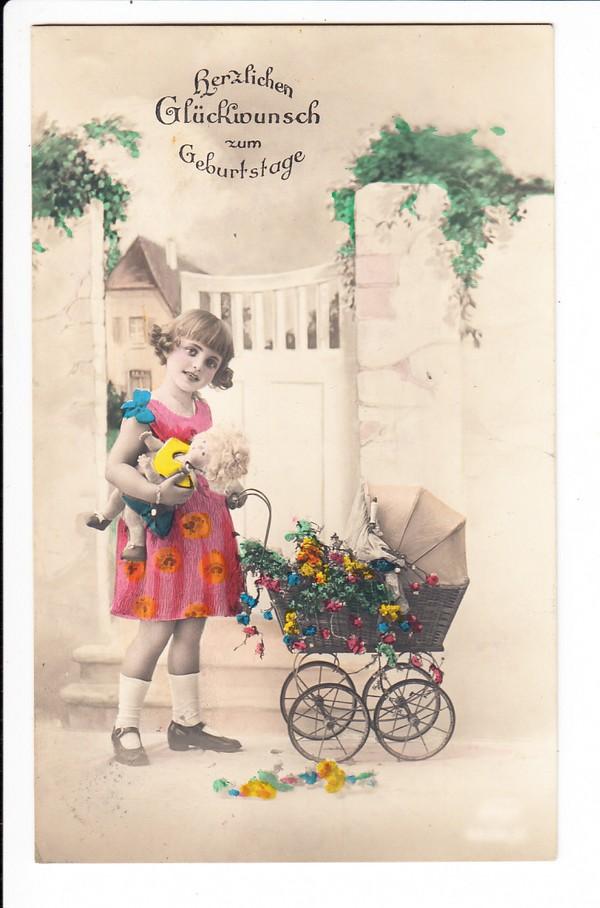 Mädchen mit kinderwagen und puppe als geburtstagskarte gel